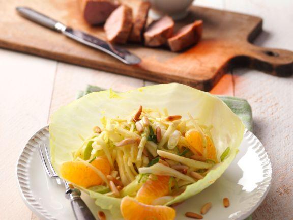 Fruchtiger Weißkohlsalat mit Pinienkernen