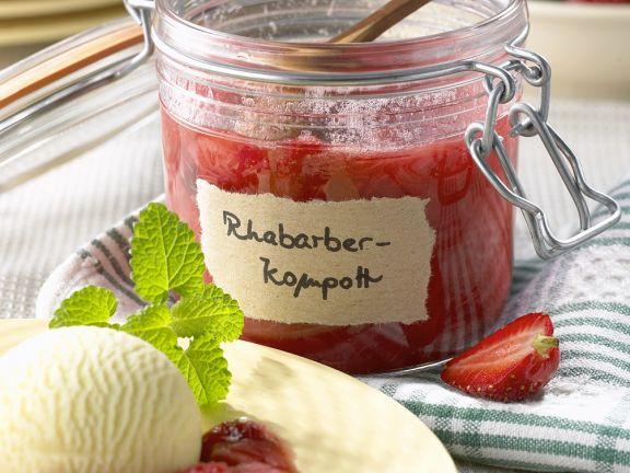 Fruchtiges Kompott aus Erdbeeren und Rhabarber, dazu Vanilleeis
