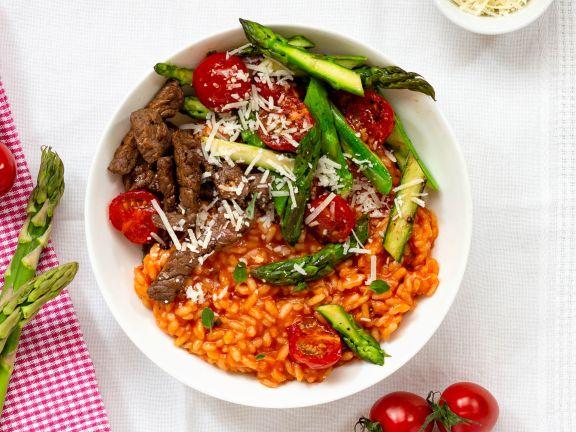 Fruchtiges Tomaten-Risotto mit Spargel und Rindfleischstreifen