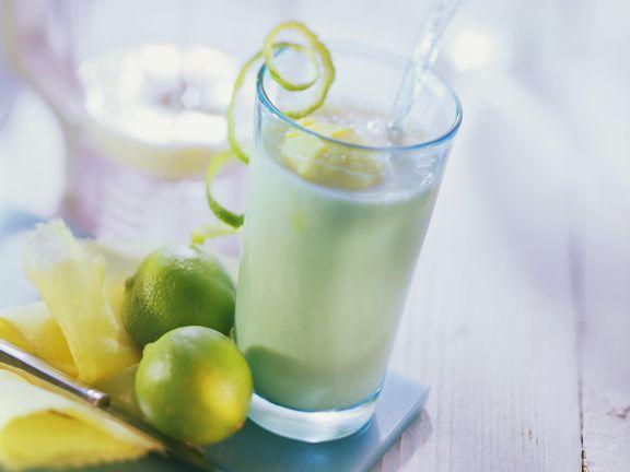 Fruchtshake mit Ananas, Mango und Kefir