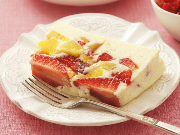 Fruchtterrine mit Pfirsich und Erdbeeren