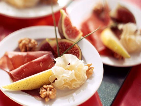 Früchte mit Käse und Schinken