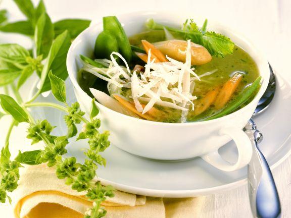 Frühlingshafte Suppe mit weißem Spargel