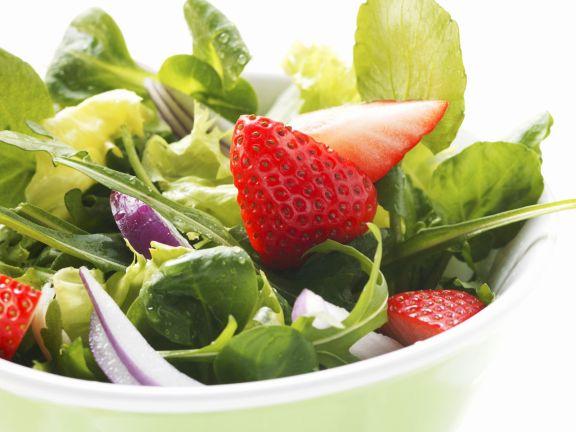 Frühlingshafter Salat mit Erdbeeren und Zwiebeln