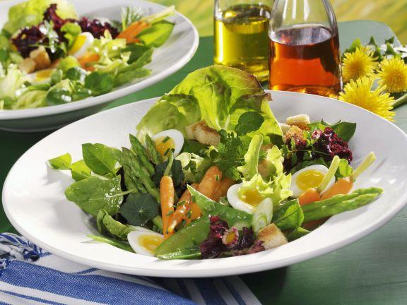 Frühlingshafter Salat mit Wachteleiern und jungem Gemüse