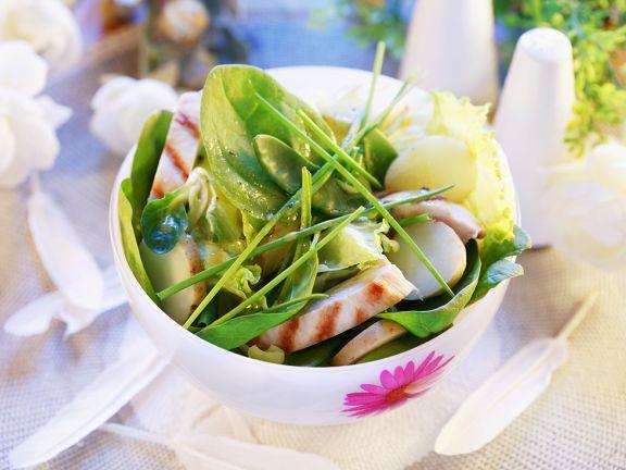Frühlingssalat mit Kartoffeln, Spinat und Huhn