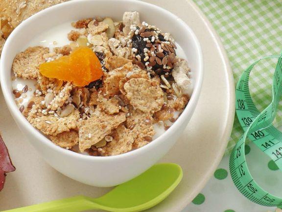 Frühstück mit Müsli und Brötchen