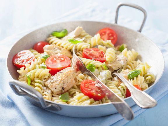 Fusilli mit Pesto, Hähnchen und Tomaten