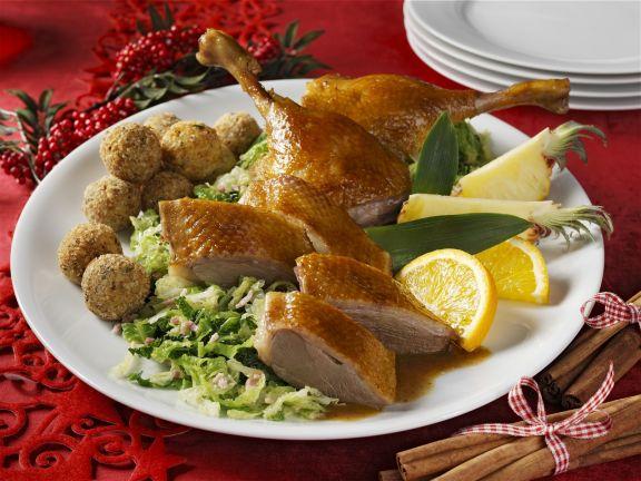 Gänsebraten mit Haselnuss-Semmelknödeln zu Weihnachten