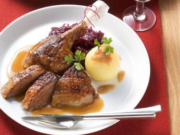 Gänsebraten mit Rotkohl und Kartoffelknödel