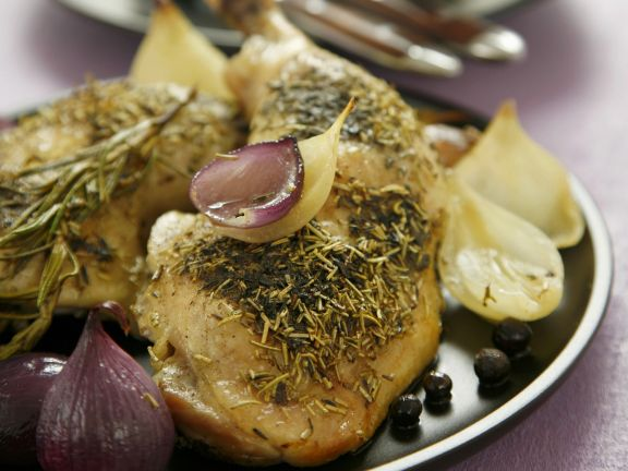 Gebackene Hähnchenschlegel mit Zwiebeln, Thymian und Rosmarin