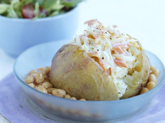 Gebackene Kartoffel mit Kohlsalat und Bohnen