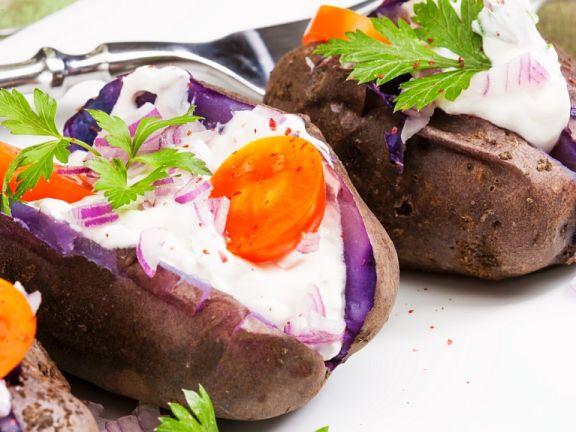 Gebackene Kartoffeln mit Creme und Gemüse