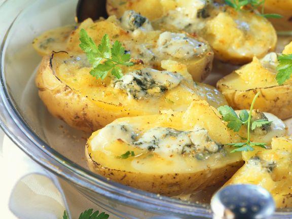 Gebackene Kartoffeln mit pikanter Käsefüllung