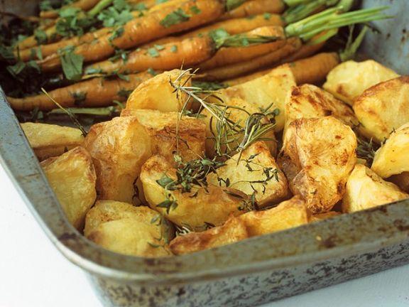 Gebackene Kartoffeln und Möhren