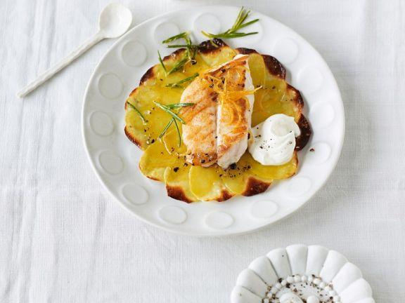 Gebackene Kartoffelscheibchen mit Fischfilet