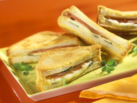 Gebackene Toast-Sandwiches mit Schinken und Mozzarella
