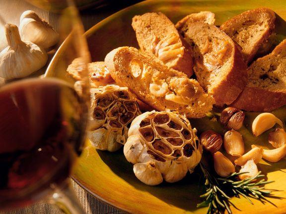 Gebackener Knoblauch mit Baguette