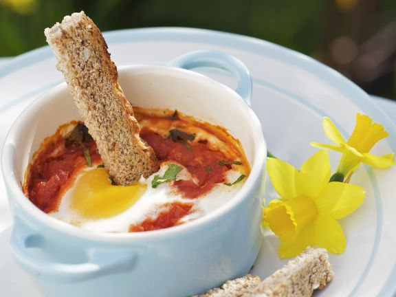 Gebackenes Ei (Oeuf cocotte) mit Tomatensauce