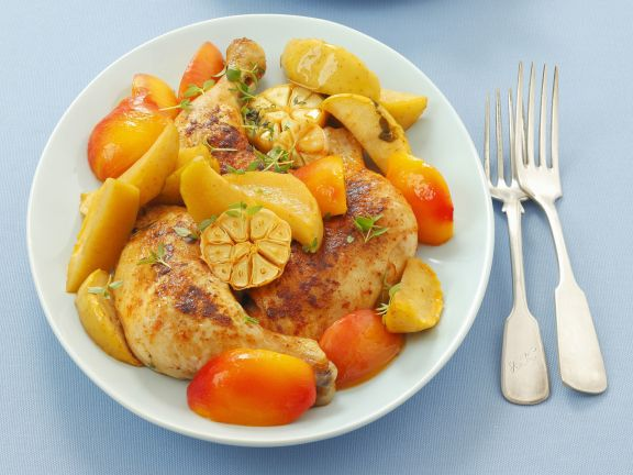 Gebackenes Hähnchen mit Nektarine, Apfel und Knoblauch