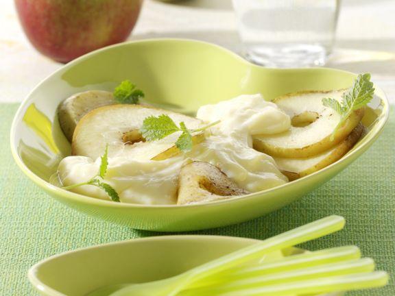 Gebratene Apfelscheiben auf Vanillepudding
