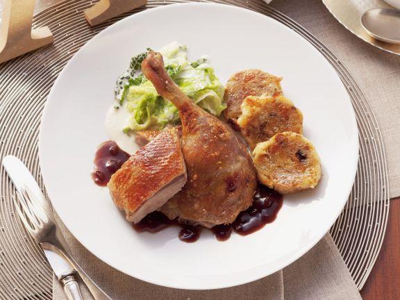 Gebratene Ente mit Zwiebelsoße, Wirsing und böhmischem Knödel