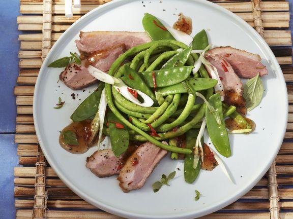 Gebratene Entenbrust mit Salat und Pflaumendressing