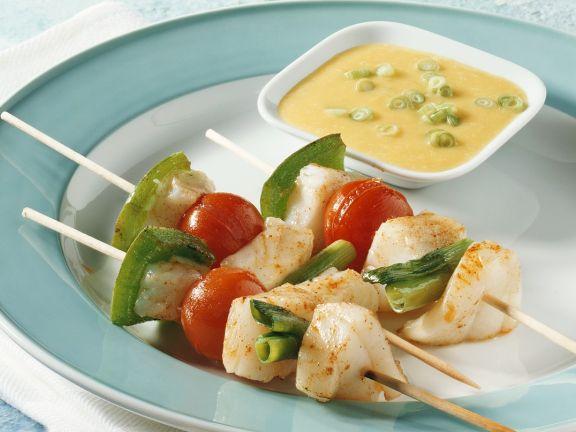 Gebratene Fisch-Gemüsespieße mit Currysauce