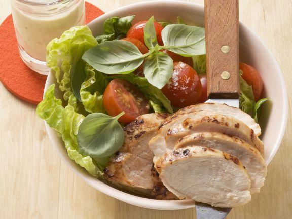Gebratene Hähnchenbrust mit Salat
