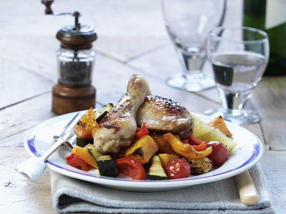 Gebratene Hähnchenschlegel auf Gemüse