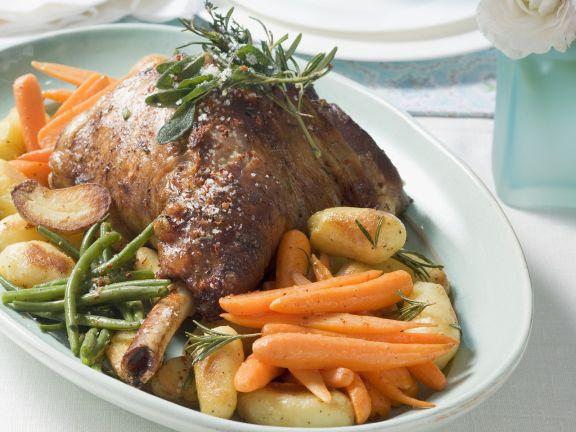 Gebratene Haxe vom Lamm mit Gemüse