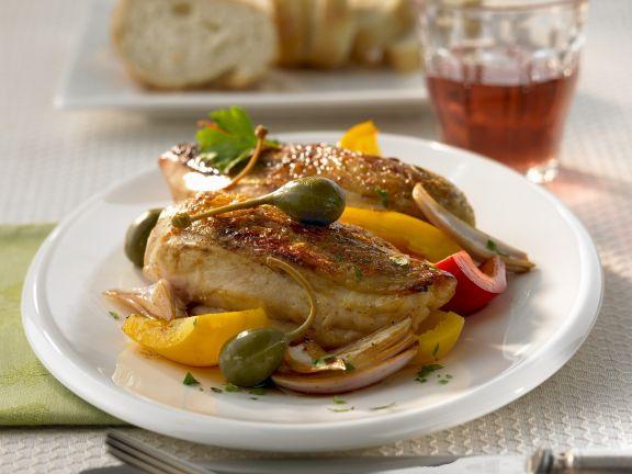 Gebratene Hühnchenstücke mit Paprika und Kapernfrüchten