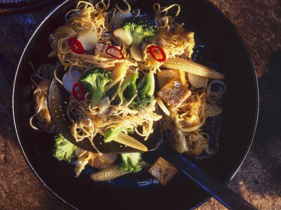 Gebratene Mie-Nudeln mit Tofu und Gemüse