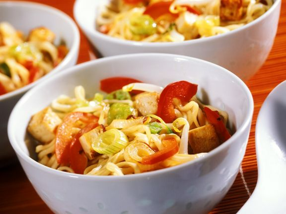 Gebratene Nudeln mit Gemüse und Tofu
