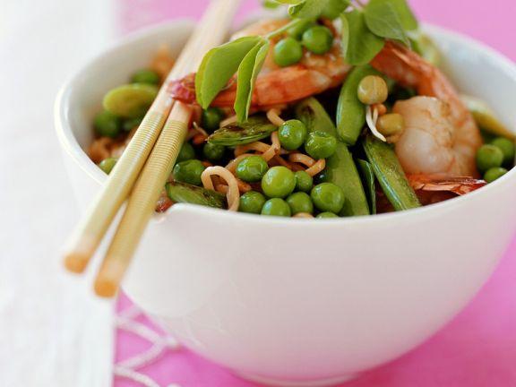Gebratene Nudeln mit Hülsenfrüchten und Garnelen