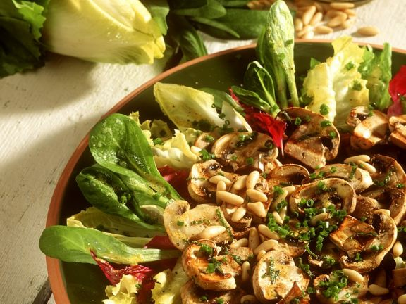 Gebratene Pilze auf Blattsalaten