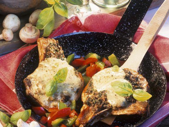 Gebratene Schweinekoteletts mit Champignon-Kräuter-Soße