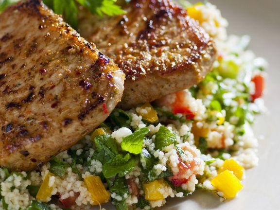 Gebratene Schweinelende auf Couscous-Kräuter-Salat