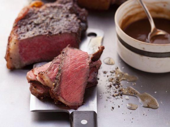 Gebratene Steaks mit pikanter Sauce