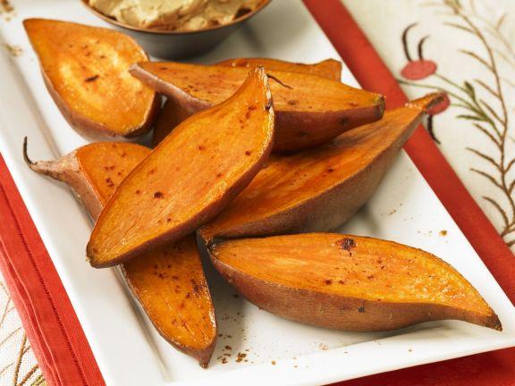 Gebratene Süßkartoffelhälften und Butter mit Zimt