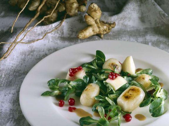 Gebratene Topinambur mit Salat und Beeren
