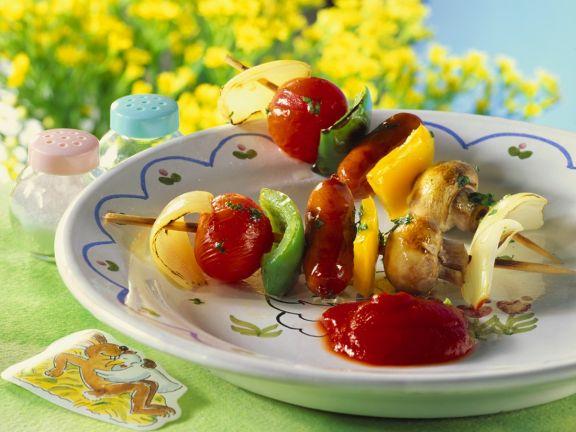 Gebratene Würstchen-Gemüsespieße