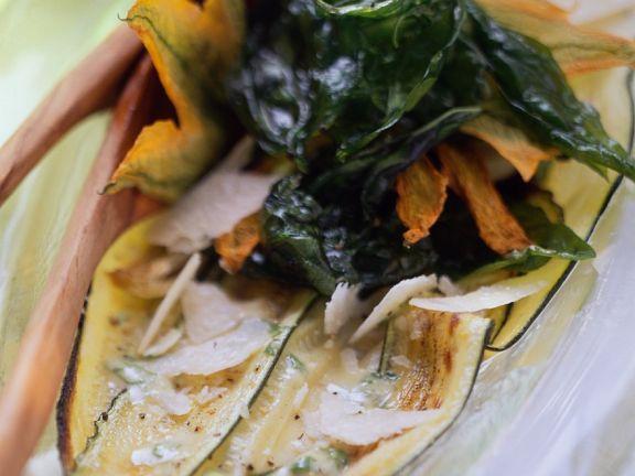 Gebratene Zucchini mit frittiertem Basilikum