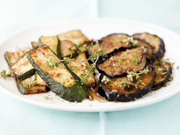 Gebratene Zucchini- und Auberginenscheiben