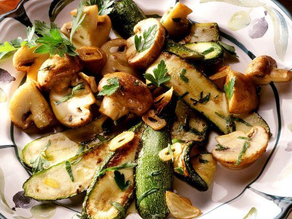 Gebratene Zucchini und Champignons mit Kräutern