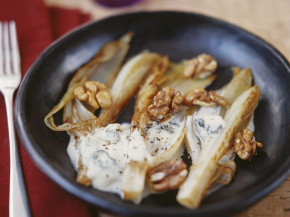 Gebratener Chicorée mit Gorgonzolasoße und Walnusskernen