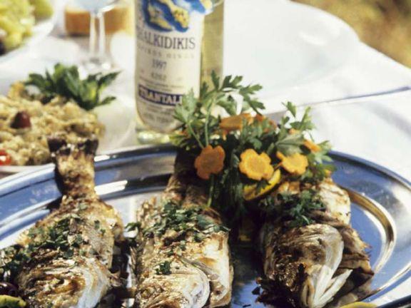 Gebratener Fisch mit Dip und Salat