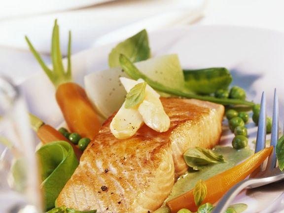 Gebratener Lachs mit Gemüse