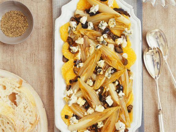Gebratener Salat mit Käse und Orangen