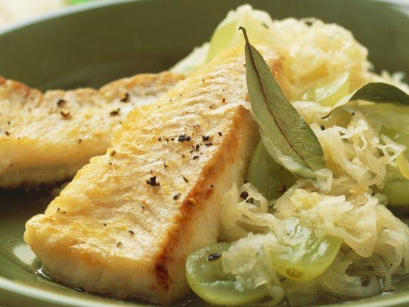 Gebratener Seelachs mit Sauerkraut